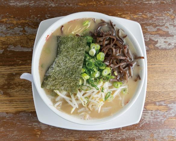 「ラーメン+きくらげ+もやし」(700+100+100円)。ややとろみのある豚骨スープが歯切れのよい極細ストレート麺と相性抜群