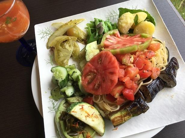 左は600年前からあるトマトの先祖から作られた「トマトそのままのスープ」。メインは「本日のパスタとベジキャスト」