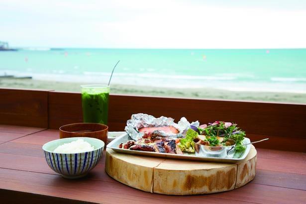 「海沿いの キコリ食堂」のテラス席で、炭火焼き四種盛り定食1600円を。テリヤキチキンにサーモンのホイル焼き、鎌倉野菜のグリル、牛スジ煮込み