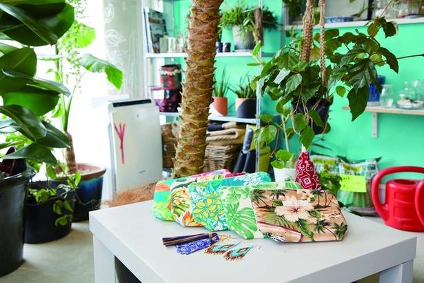 「ANDT KAMAKURA」のイチオシ、ハワイで仕入れた布を使ったオリジナルポーチ1000円とピアス1200円