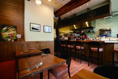 「ビストロ アンパサンド」の内観。カウンターには色鮮やかなココットが並び、ステキな雰囲気