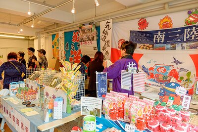 物産展のようす。東北や熊本のご当地品が並ぶ