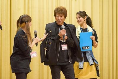 人気声優・三木眞一郎から提供されたジャケットを羽織る井上和彦