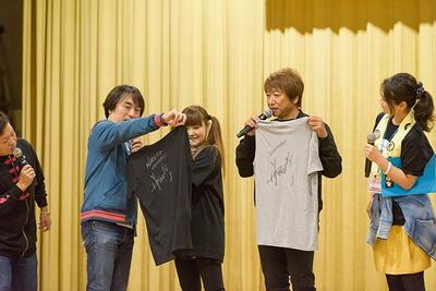声援団団長の井上和彦は米国アトランタでのイベントで着用したTシャツ2枚をオークション品として提供