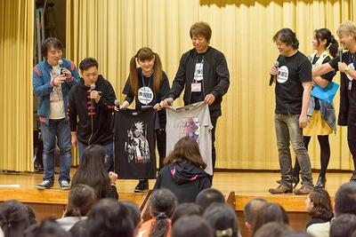 井上和彦のTシャツ2枚は女性2名による高額バトルが展開。決着がつかず最終的には1枚ずつ分けることに
