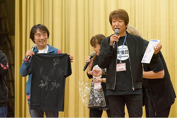 声援団メンバーのサイン入り色紙やTシャツもオークション品として出された