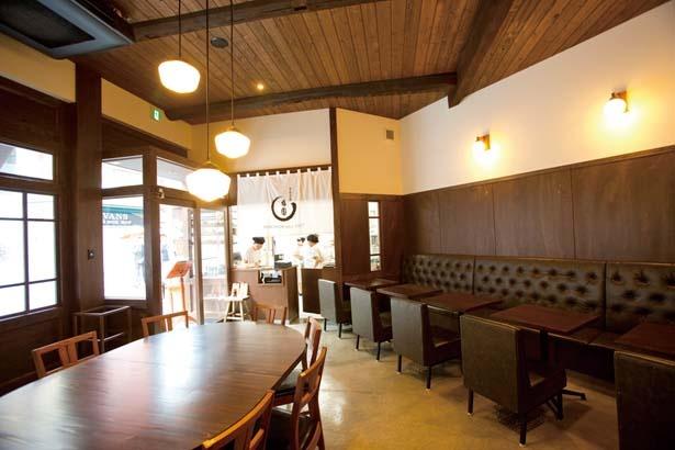 古材の質感はそのままに新しさを共存させた、落ち着く空間/甘党茶屋 梅園 三条寺町店