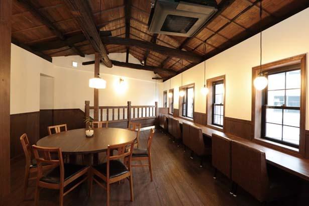 2階には、人気のカウンターのほか8人まで利用できるテーブルも/甘党茶屋 梅園 三条寺町店