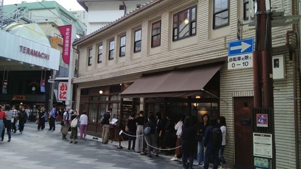 土曜の15時ごろの様子。13人ほどが並び列を成している/甘党茶屋 梅園 三条寺町店