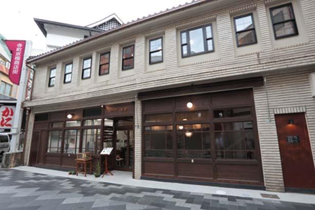 三条通と寺町通が交差する北西角に位置する/甘党茶屋 梅園 三条寺町店