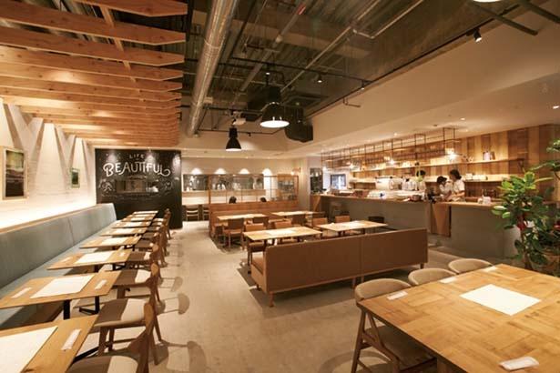 ナチュラルでウッディな雰囲気の店内/YORKYS BRUNCH 神戸元町店