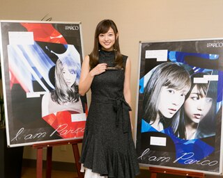伊藤千晃さんとキャンペーンビジュアルの第1弾(左)、第2弾(右)