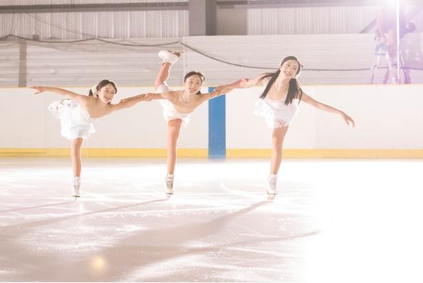 【写真を見る】純白な衣装で登場した本田3姉妹は、それぞれの思いを美し過ぎるスケーティングで表現!