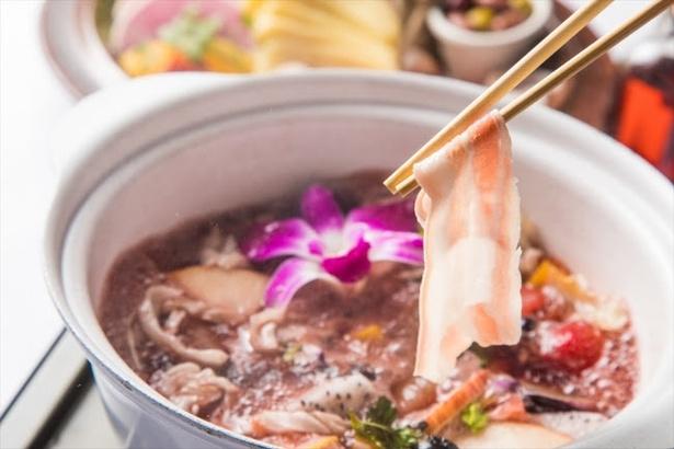 【写真を見る】「RALポークとモッツアレラチーズのフルーツサングリア鍋」(税抜2570円)