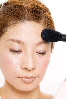 眉間から鼻筋に1本、そして眉間からおでこに扇状にハイライトを入れて全体に輝きをプラス。Tゾーンは強調しないように気をつけましょう