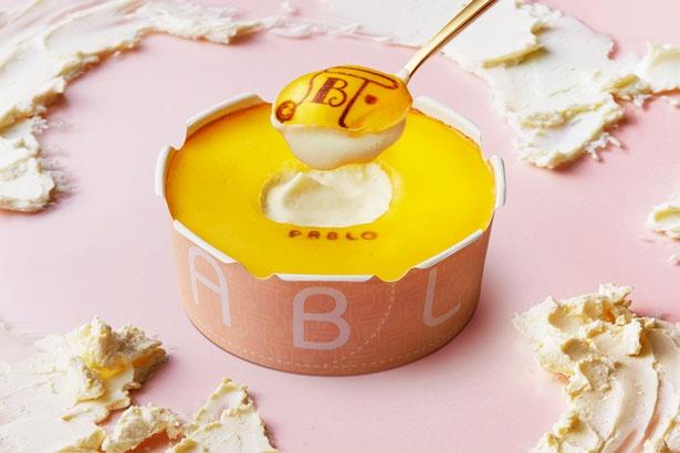 【写真を見る】「パブロヌード」(800円)。レアの食感をより楽しめる、パブロ史上、最もとろける食感のチーズタルト