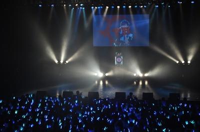 青く染まる会場に、田村ver.のイントロダクション「NO LIMIT」が流れる