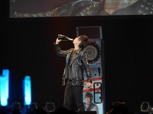 社長からもらったシャンパンをラッパ飲みする田村。感想は「メチャクチャうまいけど、炭酸きっつ!」