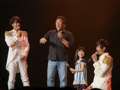 「キスできる餃子」の秦健日子監督(中央左)と子役の古川凛(中央右)もお祝いにかけつけた