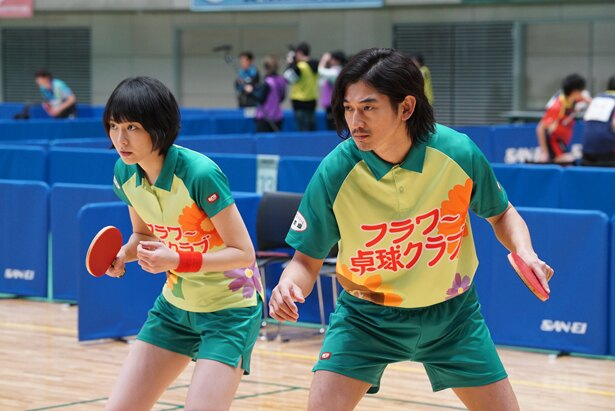 元天才卓球少女の多満子(新垣)と元プロボクサーの萩原(瑛太)がミックスを結成