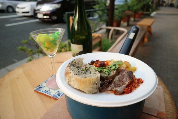 飲食店では歩道にテーブルを出して軽食やワインをふるまう