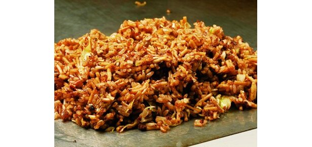 ご飯と麺を一緒にいためる神戸発祥の下町グルメ「そばめし」。半世紀以上前、神戸のお好み焼き店「青森」で誕生した