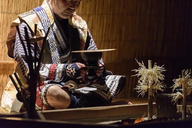 儀式ではお酒を振りかけ最後には燃やしてカムイモシリへと送られるイナウ(アイヌ民族博物館)