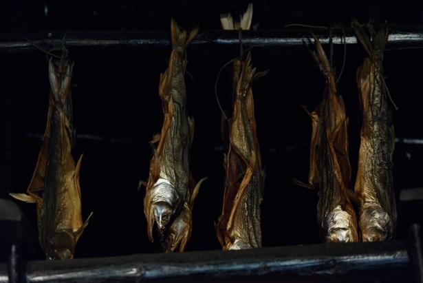 アイヌ民族博物館では、寒干ししたのち燻す、という昔ながらの方法でサッチェプを作る
