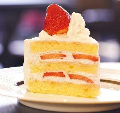 中も真っ赤に完熟した、とちおとめのいちごショート(494円)。甘く香り高 いイチゴと、スフレのようなスポンジの相性がベスト
