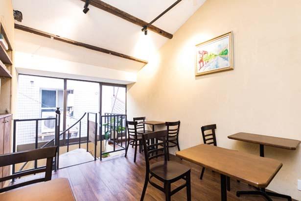 こぢんまりとした2階には、テーブル席/SUGiTORA