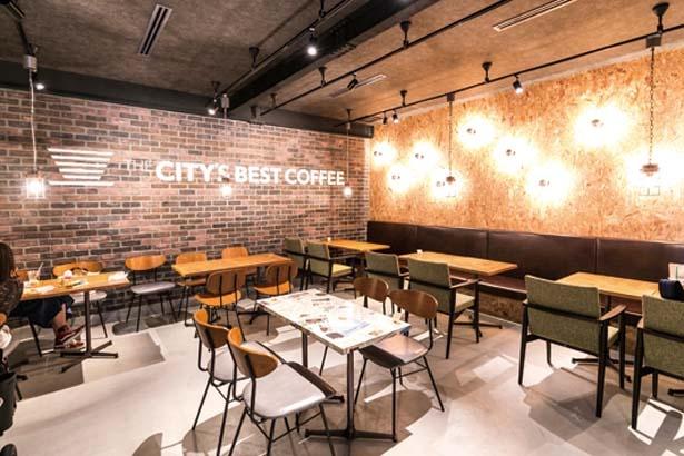 壁の煉瓦やアメ色に光るテーブルが雰囲気抜群/THE CITY'S BEST COFFEE