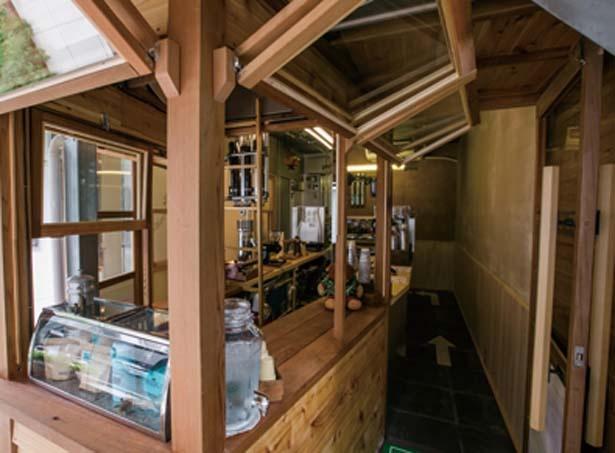 壁にコーヒー豆を練り込んだ店内/AMAZING COFFEE OSAKA SOUTH SIDE店