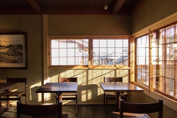 【写真を見る】二寧坂を見下ろす2階テーブル席/スターバックス コーヒー 京都二寧坂ヤサカ茶屋店