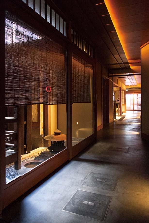 京町家の通り庭をイメージした奥に細く続く通路/スターバックス コーヒー 京都二寧坂ヤサカ茶屋店