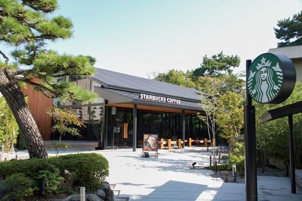 日本古来の切妻(きりづま)屋根を採用した外観/スターバックス コーヒー 京都宇治平等院表参道店
