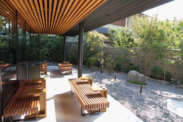 桜やカエデが植えられた庭に設置されたテラス席/スターバックス コーヒー 京都宇治平等院表参道店