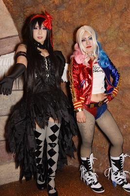 「魔法少女まどか☆マギカ」の暁美ほむら(左:あいさん)と、「スーサイド・スクワット」のハーレイ・クイン(右:シエルさん)