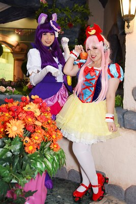「キラキラ☆プリキュアアラモード」のキュアマカロン(左:杏さん)と、すーぱーそに子(右:ちはぷぅどるさん)