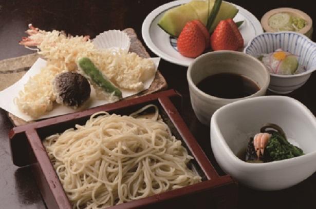 「らい亭」で人気のそば定食2700円は天ぷらに小鉢と煮物、水菓子付き
