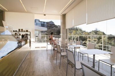 「ル・ミリュウ鎌倉山」店内からは、ガラス越しに美しい景色を眺められる