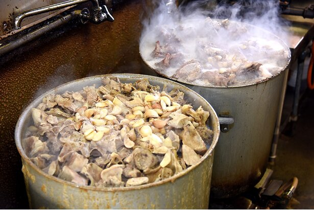 スープは当日朝に仕込んだものと、前日から仕込んだものをブレンドして使う