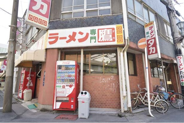 地元デパート近くの路面に店を構える。昼時は特に混雑