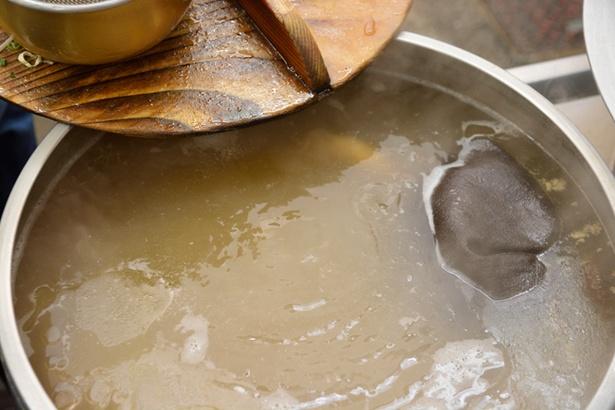 豚骨と鶏ガラをなるべく沸騰させずに炊いたスープ。臭みもなく透明