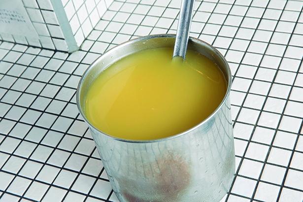 【写真を見る】スープ全体の1/4にあたる約80ccのパイナップル100%果汁が入る
