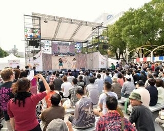 ステージでは、パフォーマンスやライブが行われる
