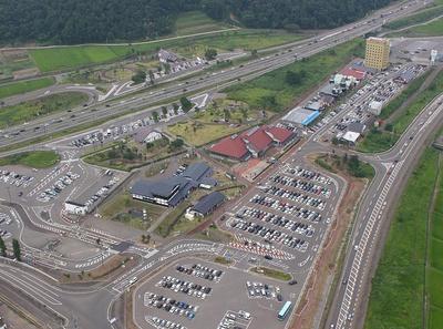 国道18号と上信越自動車道の間に、店舗が約400メートルにわたり連なる「道の駅あらい」
