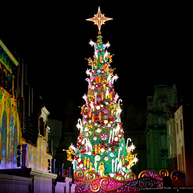 にぎやかな音楽や荘厳なクリスマスソングなど、音楽に合わせて装いが次々に変化する