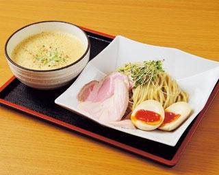 「ベジポタ濃厚鶏白湯つけ麺『crema』」(900円※写真は+味玉100円)/麺処 飯田家