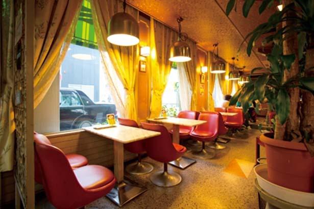 赤い革張りの椅子が並べられた味わいある店内/喫茶ドレミ