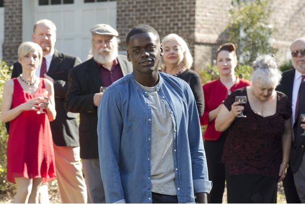 白人の彼女ローズ(アリソン・ウィリアムズ)の家族から過剰なまでの歓迎を受けるが…(『ゲット・アウト』)